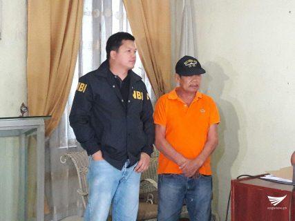 Ang retiradong pulis na si Rodolfo Gamuyao (sa kanan). Nahuli si Gamuyao ng National Bureau of Investigation noong ika-19 ng Abril. /Erwin Temperante/ Eagle News Service