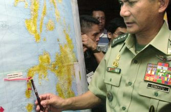 Philippine military chief General Roy Cimatu shows the location on the map during the press conference 07 June 2002 in Military Headquarters in Manila where the US couple and a Filipina nurse Ediborah Yap attempt by the Philippine military to rescue them from Abu Sayyaf Muslim rebels after more than a year of captivity ended in tragedy near the town of Sirawai in the Zamboanga peninsula. A US missionary Martin Burnham and a Filipina nurse were killed Friday.  AFP PHOTO/Joel NITO / AFP PHOTO / JOEL NITO