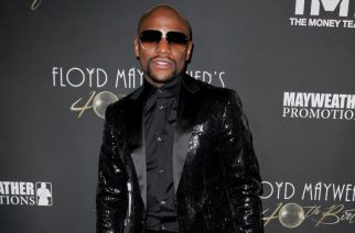 Former US boxer Floyd Mayweather poses prior to his 40th Birthday celebration in Los Angeles, California, on February 25, 2017. / AFP PHOTO / TIBRINA HOBSON