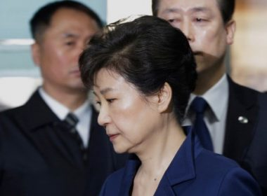 South Korea's ousted president Park Geun-Hye (front) arrives for questioning on her arrest warrant at the Seoul Central District Court in Seoul on March 30, 2017. Park arrived at court on March 30 for a hearing to decide whether she should be arrested over the corruption and abuse of power scandal that brought her down. / AFP PHOTO / POOL / Ahn Young-joon