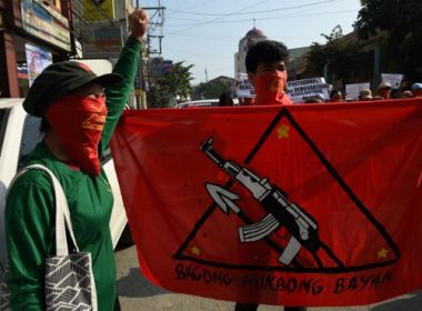Members and supporters of the communist party of the Philippines' armed group, the New People's Army (NPA) shout slogans as they march toward the peace arch for a protest near Malacanang Palace in Manila on March 31, 2017.  Fourth round of formal peace talks between the Philippine government and communist rebels are to be held in Oslo, Norway aimed at ending one of Asia's longest insurgencies. / AFP PHOTO / TED ALJIBE