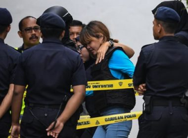 Vietnamese national Doan Thi Huong (C) is escorted by Malaysian police after a court appearance with Indonesian national Siti Aisyah (not pictured) at the magistrates' court in Sepang on April 13, 2017, for their alleged role in the assassination of Kim Jong-Nam, the half-brother of North Korean leader Kim Jong-Un. Kim Jong-Nam, the half-brother of North Korean leader Kim Jong-Un was assassinated in Malaysia on February 14. / AFP PHOTO / MOHD RASFAN