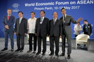 Laos Prime Minister Thongloun Sisoulith (2nd L), Philippine President Rodrigo Duterte (3rd L), Cambodia's Prime Minister Hun Sen (C) and Vietnam's Prime Minister Nguyen Xuan Phuc (Center R) pose for a group photo during the opening of World Economic Forum on Asean in Phnom Penh on May 11, 2017. Cambodia host the World Economic Forum on Asean in Phnom Penh from May 10 to 12. / AFP PHOTO / TANG CHHIN SOTHY