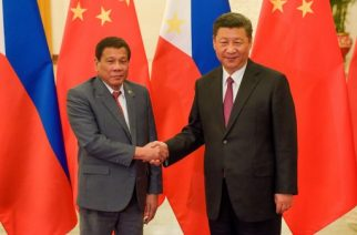 Chinese President Xi Jinping (R) shakes hands with Philippines President Rodrigo Duterte (L) prior to their bilateral meeting during the Belt and Road Forum for International Cooperation at the Great Hall of the People in Beijing on May 15, 2017. / AFP PHOTO / POOL / Etienne Oliveau