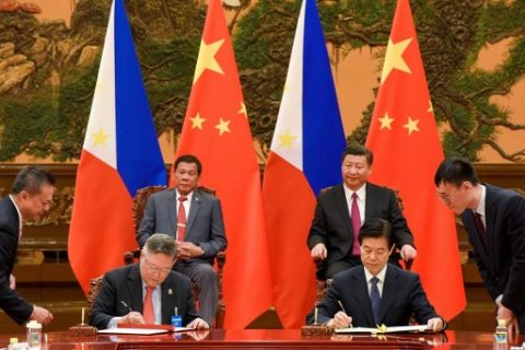 Chinese President Xi Jinping (top R) and Philippines President Rodrigo Duterte (top l) attend a signing ceremony after their bilateral meeting during the Belt and Road Forum for International Cooperation at the Great Hall of the People in Beijing on May 15, 2017. / AFP PHOTO / POOL / Etienne Oliveau