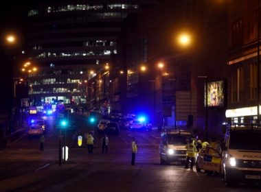 "Police deploy at scene of explosion in Manchester, England, on May 23,  2017 at a concert. British police said early May 23 there were ""a number of confirmed fatalities"" after reports of at least one explosion during a pop concert by US singer Ariana Grande. Ambulances were seen rushing to the Manchester Arena venue and police added in a statement that people should avoid the area  / AFP PHOTO / PAUL ELLIS"