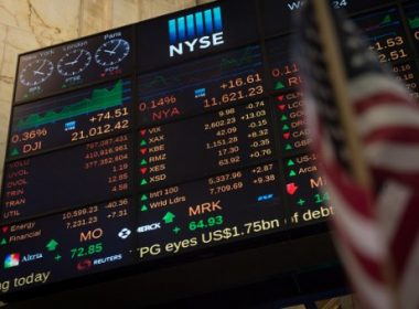 A video board displays the closing numbers on the floor of the New York Stock Exchange at the closing bell of the Dow Industrial Average on May 24, 2017 in New York.  / AFP PHOTO / Bryan R. Smith