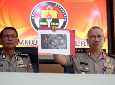 Indonesian police spokesmen Setyo Wasisto (R) and Martinus (L) show a photograph of gathered material collected as evidence from a suicide bombing site, during a press conference in Jakarta on May 25, 2017.   Indonesia's elite anti-terror squad was on May 25 investigating a suicide bombing attack near a busy Jakarta bus station that killed three policemen, the latest assault in the Muslim-majority country as it faces a surge in militant plots. / AFP PHOTO / ADIBA