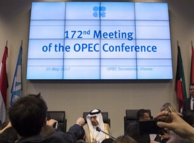 Saudi Arabia's energy minister and president of the Organization of the Petroleum Exporting Countries (OPEC), Khalid al-Falih (C), attends the 172nd meeting of the OPEC Conference, at OPEC headquarters in Vienna, Austria, on May 25, 2017.  Oil producers from inside and outside OPEC are expected to extend their agreement to cap production in an effort to boost prices. / AFP PHOTO / JOE KLAMAR