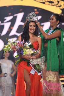 Bb. Pilipinas-Universe 2017 bet Rachel Peters is crowned by the Philippines' 2016 bet in the last Ms. Universe Maxine Medina. (Photo courtesy Bb. Pilipinas official facebook page).