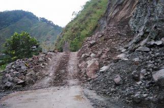 Isang bahagi ng bundok sa Bontoc-Baguio Road, gumuho