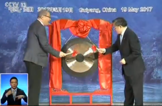 China's Vice Foreign Minister Liu Zhenmin and Philippine Ambassador to China Jose Santiago Santa Romana banging a gong during the first bilateral consultation on the South China Sea vy Filipino and Chinese diplomats.  (Photo grabbed from CCTV video)