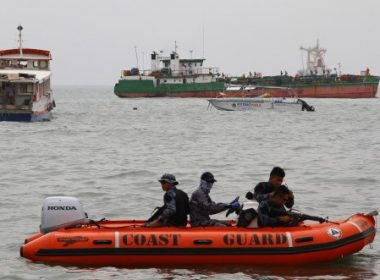 Philippine coast guard personnel patrol the waters on a speed boat near Davao City and Samal island, off the southern island of Mindanao on September 25, 2015, during the search for kidnapped foreigners.  Gunmen holding three foreigners and one Filipina hostage slipped past a naval cordon and escaped to remote mountains in the southern Philippines, leaving few clues to their identities, police said September 23.   AFP PHOTO / Dennis Jay Santos / AFP PHOTO / DENNIS JAY SANTOS