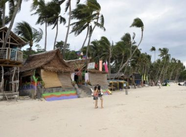 Tourists walk along the fabled beach of Boracay island on November 9, 2008. Philippine government on November 11 rejected allegations it was grabbing land from international investors on Boracay island, saying accounts of resorts being forcibly seized were being exxaggerated. Environment Secretary Lito Atienza said the accounts were merely a land dispute between two parties.  AFP PHOTO/Jay DIRECTO / AFP PHOTO / JAY DIRECTO