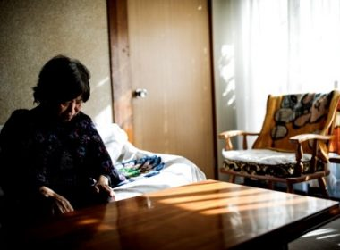 In this picture taken on January 10, 2017, dementia-stricken Kimiko Ito sits in the living room of her house in Kawasaki. One of the world's most rapidly aging and long-lived societies, Japan is at the forefront of an impending global healthcare crisis. Authorities are bracing for a dementia timebomb and their approach could shape policies well beyond its borders. / AFP PHOTO / BEHROUZ MEHRI / TO GO WITH Japan-society-ageing-dementia,FEATURE by Natsuko FUKUE