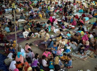 Evacuees from Marawi City camp rest at the Saguiaran Townhall in Lanao del Sur on the southern island of Mindanao on June 5, 2017.  Efforts to rescue up to 2,000 civilians trapped in fighting between government forces and Islamist militants in a Philippine city failed on June 4 when a proposed truce ended in a hail of gunfire and explosions, authorities and witnesses said. / AFP PHOTO / NOEL CELIS