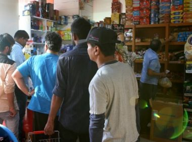 People buy snacks at a shop in Doha, on June 5, 2017. Saudi Arabia also closed its borders with Qatar, effectively blocking food and other supplies exported by land to Qatar after Arab nations including Saudi Arabia and Egypt cut ties with Qatar, accusing it of supporting extremism, in the biggest diplomatic crisis to hit the region in years. Local media in Qatar reported there was already some panic buying as people stock up on food.  / AFP PHOTO / STRINGER