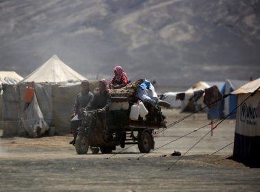 Syrians displaced from Raqa arrive at the al-Karamah camp, some 20 kilometres east of the Islamic State (IS) group's Syrian bastion, on June 13, 2017. The battle to oust the Islamic State group from its stronghold of Raqa is creating daunting challenges for aid groups responding to the latest humanitarian crisis in the Syrian conflict. / AFP PHOTO / DELIL SOULEIMAN