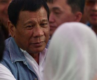 Philippines' President Rodrigo Duterte meets evacuess from Marawi at an evacuation center in Iligan on the southern island of Mindanao on June 20, 2017. President Rodrigo Duterte apologized on June 20 for aerial bombings that have destroyed a large part of the Philippines' main Muslim city but said it was necessary to crush self-styled Islamic State followers. / AFP PHOTO / Ted ALJIBE