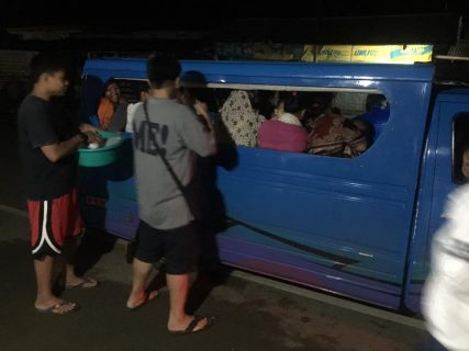 Even at night the group of volunteers from Amer Riga's group distribute free food for Marawi City residents caught up in traffic en route to Iligan City. (Photo courtesy facebook page of Amer Riga)