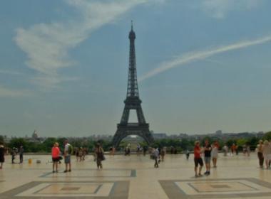Tourists bathe in Paris fountain as heatwave hits France
