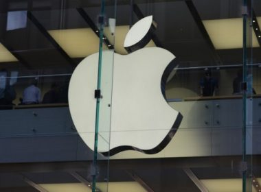 The Apple logo is displayed at a store in the central business district of Sydney on April 6, 2017. Apple was on April 6 taken to court by Australia's consumer watchdog for violating laws by allegedly refusing to look at or repair some iPads and iPhones previously serviced by a third party. / AFP PHOTO / PETER PARKS