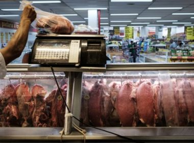 """(FILES) This file photo taken on March 24, 2017 shows an employee selling meat during an inspection by Rio de Janeiro state's consumer protection agency, PROCON, at a supermarket in Rio de Janeiro, Brazil. The United States announced Thursday a halt to all imports of fresh beef from Brazil, the world's second-largest producer, citing """"recurring"""" food safety concerns. / AFP PHOTO / Yasuyoshi Chiba"""