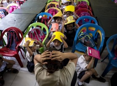Schoolchildren from the Corazon Aquino Elementary School participate in a nationwide simultaneous earthquake drill in Manila on June 29, 2017.  The nationwide drill is part of the Philippine government's disaster preparedness programme and is held quarterly.  / AFP PHOTO / NOEL CELIS