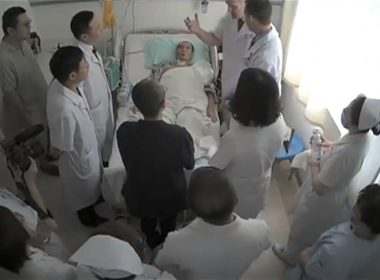 """This undated video grab obtained on July 11, 2017, shows Chinese Nobel Laureate Liu Xiaobo (C) surrounded by doctors and his wife Liu Xia at an undisclosed location. A Chinese hospital said July 11, that it was scrambling to save terminally-ill Nobel laureate Liu Xiaobo, while human rights groups decried his treatment by the authorities and the leak of a video showing him in his sickbed. / AFP PHOTO / HANDOUT / HO / -----EDITORS NOTE --- RESTRICTED TO EDITORIAL USE - MANDATORY CREDIT """"AFP PHOTO/ """" - NO MARKETING - NO ADVERTISING CAMPAIGNS - DISTRIBUTED AS A SERVICE TO CLIENTS ------"""