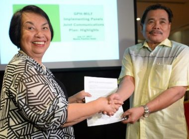 Irene Santiago (L), chair of Philippine government's Implementing Panel for the Bangsamoro peace accords shakes hands with Moro Islamic Liberation Front (MILF) peace panel chairman Mohagher Iqbal after a signing ceremony of the GPH-MILF Implementing panels joint communications plan at a hotel in Manila on July 17, 2017, ahead of the submmision of the draft law of Bangsamoro Basic Law (BBL) to President Rodrigo Duterte. The Philippines' largest Muslim rebel group engaged in peace talks with the government will submit to President Rodrigo Duterte a bill calling for wider autonomy in the strife-torn south. / AFP PHOTO / TED ALJIBE
