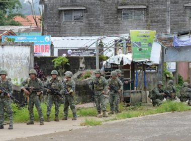 This photo taken on July 22, 2017 shows Philippine Marines patrolling a deserted street at the frontline in Marawi on the southern island of Mindanao, as fighting between government troops and Islamist militants enters its second month. The Philippine Congress on July 22 voted to extend President Rodrigo Duterte's declaration of martial law in the south until the end of the year to defeat Islamist gunmen.  / AFP PHOTO / TED ALJIBE