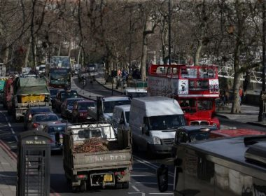 (FILES) This file photo taken on February 17, 2017 shows  Traffic queues in central London. Britain said July 26, 2017 it will outlaw the sale of new diesel and petrol cars and vans from 2040 in a bid to cut air pollution but environmental groups said the proposals did not go far enough. / AFP PHOTO / Daniel LEAL-OLIVAS