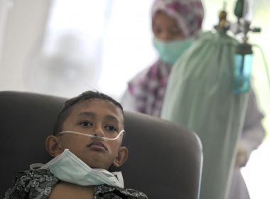 An Acehnese boy undergoes treatment for lung infection from thick smoke due to peat forest fires in Meulaboh, Aceh province on July 26, 2017. Indonesia's disaster mitigation agency (BNPB) has warned of an escalating threat of forest fires with the dry season expected to peak in coming months, while hot spots detected in the province of Aceh have already been causing choking smoke. / AFP PHOTO / CHAIDEER MAHYUDDIN