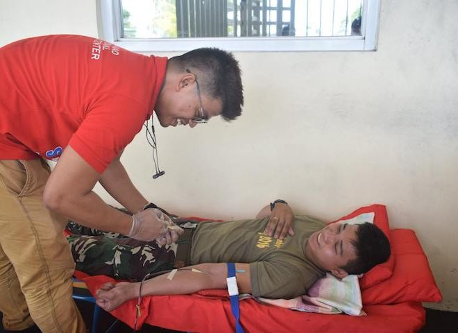 Sagip sundalo gives blood to wounded soldiers