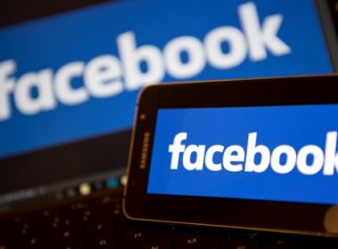 Facebook logos are pictured on the screens of a smartphone (R), and a laptop computer, in central London on November 21, 2016. Facebook on Monday became the latest US tech giant to announce new investment in Britain with hundreds of extra jobs but hinted its success depended on skilled migration after Britain leaves the European Union. The premier social network underlined London's status as a global technology hub at a British company bosses' summit where Prime Minister Theresa May sought to allay business concerns about Brexit. / AFP PHOTO / Justin TALLIS