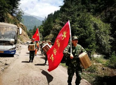 Chinese paramilitary police carry relief supplies on their way to an earthquake-struck zone in Jiuzhaigou in China's southwestern Sichuan province on August 9, 2017.  At least 13 people were killed when a 6.5-magnitude earthquake struck southwestern China, authorities said on August 9, but the toll was expected to climb as news trickles out of the remote mountainous region. / AFP PHOTO / STR / China OUT
