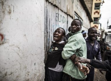 The mother of a man allegedly shot in the head by a Kenya Administration Police officer in Nairobi, on August 09, 2017 reacts in desperation in an alley of the Mathare slum, a day after general elections. Kenyan police shot dead two protesters in the capital's flashpoint Mathare slum on August 9, as unrest broke out after opposition accusations that the general election was rigged, a senior officer told AFP. / AFP PHOTO / MARCO LONGARI