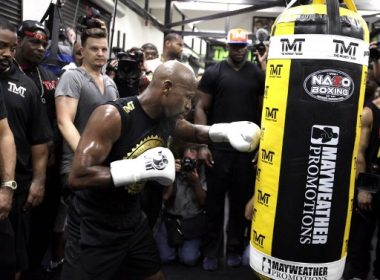 Boxer Floyd Mayweather Jr. works out on the heavy bag during a media workout at the Mayweather Boxing Club August 10, 2017 in Las Vegas, Nevada.  Mayweather is preparing to face MMA fighter Connor Mcgregor on August 26th at the T-Mobile Arena in Las Vegas in what could be one of the richest fights in history.  / AFP PHOTO / John Gurzinski