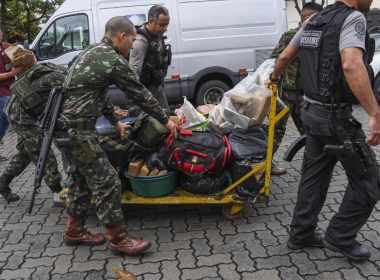 Militaries and police officers arrive at the Cidade da Policia Civil police complex with drugs seized during a pre-dawn crackdown on crime gangs at the Jacarezinho favela in Rio de Janeiro, Brazil, on August 21, 2017. In the third such operation in just over two weeks, marines, army soldiers, air force personnel, police and agents from the elite federal intelligence service launched raids at dawn in seven of Rio de Janeiro's most violent favelas, the Rio state security office said.  / AFP PHOTO / Apu Gomes