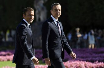 French President Emmanuel Macron (L) and Austrian Chancellor Christian Kern walk on August 23, 2017 at Mirabell park in Salzburg.  / AFP PHOTO / BERTRAND GUAY