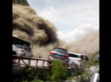 A massive landslide in southwest China blocked traffic on National Highway 213 for three hours on Sunday.(photo grabbed from Reuters video)