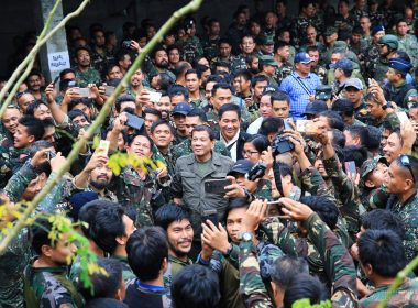 President Rodrigo Duterte is warmly received by uniformed personnel during his visit to the troops of the Tactical Command Post (TCP) Joint Special Operations Task Force (JSOTF) at Barangay Kilala in Marawi City on August 4, 2017.  The soldiers fighting in Marawi City excitedly took selfies with the President as he went around the area to meet them.  (Photo from Presidential Communications Office)