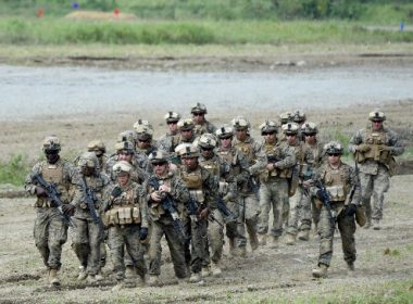 US Marines take part in a field drill during joint military exercises with Japan's Ground Self-Defense Force in Eniwa, Hokkaido prefecture, on August 16, 2017. Some 300 Japanese and US servicemen took part in the joint drill on Japan's northern island. / AFP PHOTO / Toru YAMANAKA