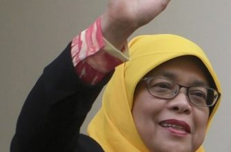 """This photograph taken September 11, 2017 made available by The Straits Times shows former speaker of parliament Halimah Yacob waving after arriving at the Elections Department in Singapore. Singaporeans hoping for an election on September 12, poured scorn on the process to elect the country's next president after the establishment figure was the only potential candidate to qualify.  / AFP PHOTO / THE STRAITS TIMES / MARK CHEONG / Singapore OUT / ----EDITORS NOTE --- RESTRICTED TO EDITORIAL USE - MANDATORY CREDIT """"AFP PHOTO / THE STRAITS TIMES / MARK CHONG"""" - NO MARKETING NO ADVERTISING CAMPAIGNS - DISTRIBUTED AS A SERVICE TO CLIENTS - NO ARCHIVES - NO INTERNET - NO ARCHIVES"""