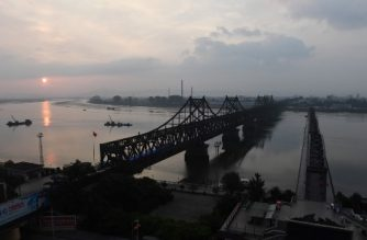 This photo taken on September 5, 2017 shows the Friendship Bridge (L) and Broken Bridge (R), which lead to North Korea, seen from Dandong, in China's northeast Liaoning province, opposite the North Korean town of Sinuiju. North Korea fired a ballistic missile over Japan and into the Pacific on September 15, 2017, responding to new UN sanctions with what appeared to be its furthest-ever missile flight amid high tensions over its weapons programmes. / AFP PHOTO / GREG BAKER