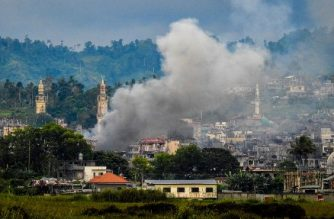 Smoke billows from houses after aerial bombings by Philippine Airforce planes on Islamist militant positions in Marawi on the southern island of Mindanao on September 17, 2017.  The Philippine military said on September 17 it had captured the command centre of Islamic State group supporters who have besieged a southern city for nearly four months. / AFP PHOTO / Ferdinandh CABRERA