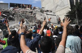 Rescuers search for survivors amid the rubble of a collapsed building after a powerful quake in Mexico City on September 19, 2017. A powerful earthquake shook Mexico City on Tuesday, causing panic among the megalopolis' 20 million inhabitants on the 32nd anniversary of a devastating 1985 quake. The US Geological Survey put the quake's magnitude at 7.1 while Mexico's Seismological Institute said it measured 6.8 on its scale. The institute said the quake's epicenter was seven kilometers west of Chiautla de Tapia, in the neighboring state of Puebla.  / AFP PHOTO / Alfredo ESTRELLA