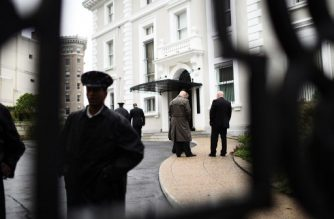 Members of the US State Department Police are seen inside the compound of the Trade Representation building of the Russian Federation on September 2, 2017 in Washington DC.   The United States on Thursday ordered Russia to close its consulate in San Francisco a chancery annex in Washington (pictured), where Moscow has a giant embassy complex, and a consular annex in New York. / AFP PHOTO / Eric BARADAT