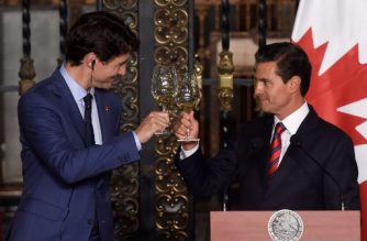 Canada's Prime Minister Justin Trudeau (L) and Mexican President Enrique Pena Nieto make a toast after a meeting at the presidential palace in Mexico City on October 12, 2017.  Canadian PM Justin Trudeau arrived in Mexico Thursday for high-level talks, on the heels of a tense visit to Washington that saw him spar with US President Donald Trump over trade.  / AFP PHOTO / Alfredo Estrella
