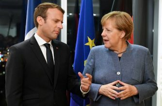France's President Emmanuel Macron (L) and Germany's Chancellor Angela Merkel meet on the eve of the European Union Digital Summit in Tallinn on September 28, 2017.  / AFP PHOTO / JANEK SKARZYNSKI /